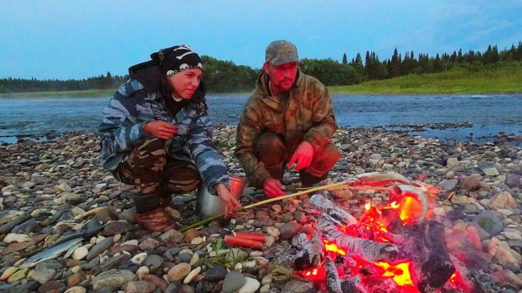 Ночёвка у костра / жарим рыбу в фольге  и на палке. Печёная картошка. Рыбалка на кораблик и бомбарду