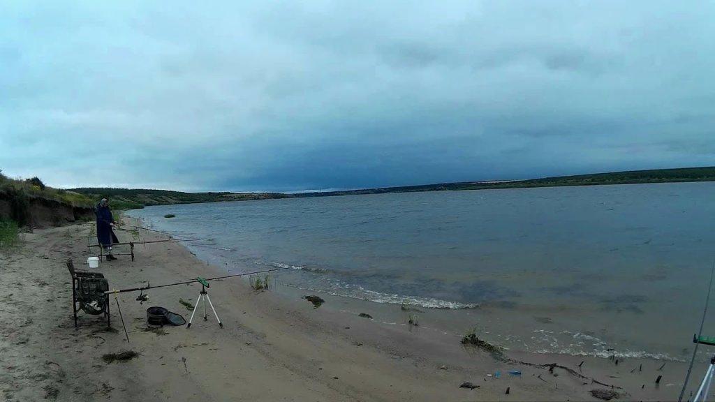 Рыбалка на водохранилище в плохую погоду.