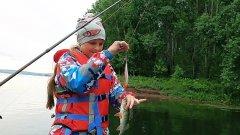 Вечерняя рыбалка на спиннинг с дочей, промысловики всё перегородили! Рыбалка на окуня и щуку
