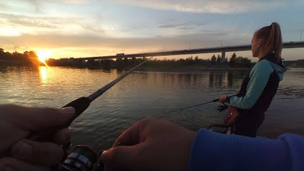 С Женой ловим окуней.  Хорошая рыбалка в ясный вечерок