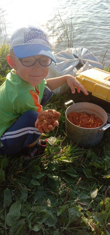 Сын помогает катать шары для закрома.