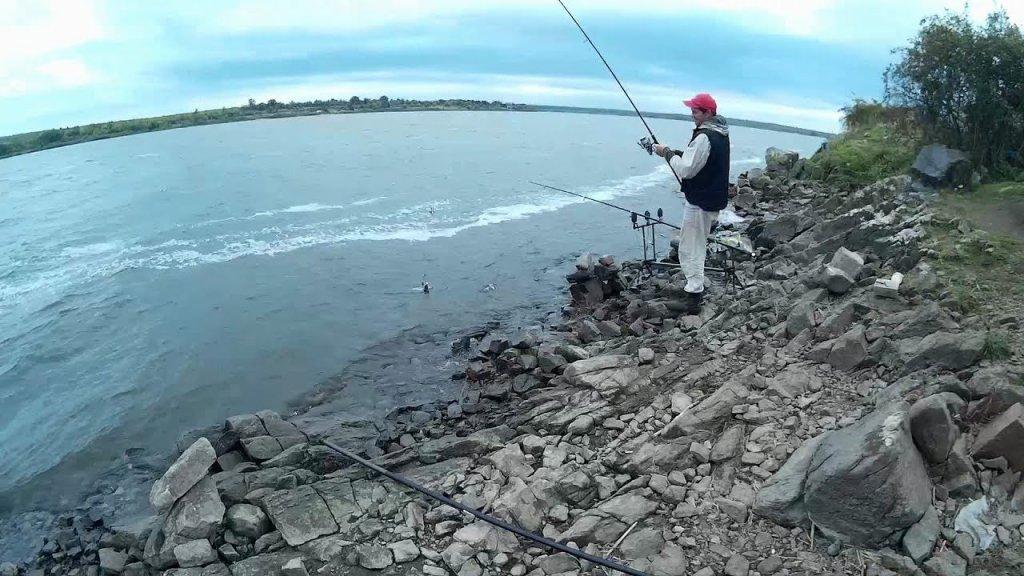 Рыбалка на водохранилище в дождь. Рыбалка осенью. Ловля подлещика на сало, горох и кукурузу. Часть 2