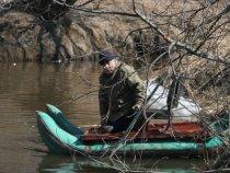 д. Коля самоделкин, изобрел  плот  из  надувных  лодок,испытание было, пришлось  спасать