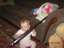 Дочь помогает чистить ружье