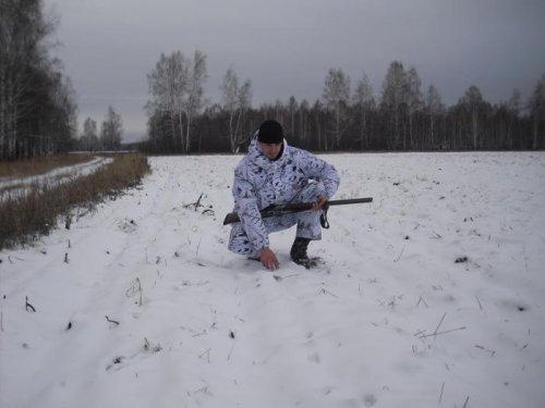 Сын Алексей изучает след.