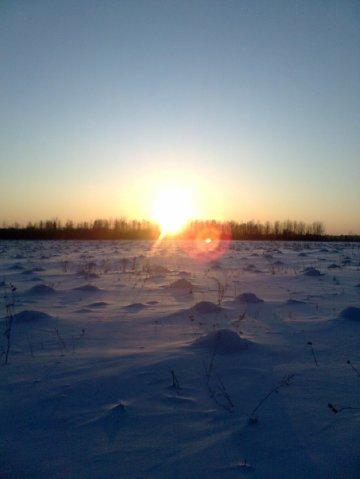 Мороз и солнце. Закат зимой время еще пять часов, а солнышко уже у горизонта.