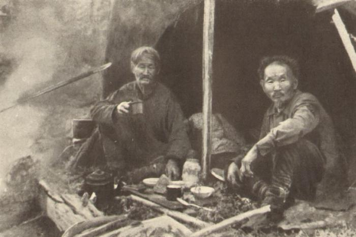 Улукиткан - проводник Федосеева (слева)