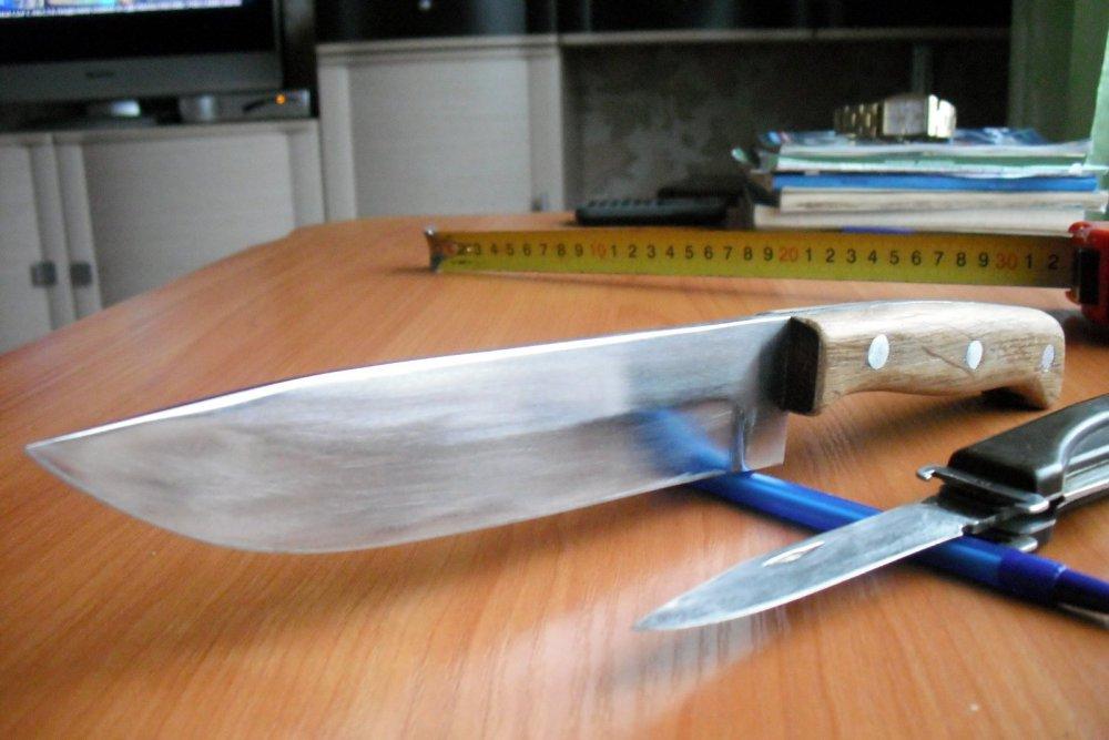 Ножик себе сделал.