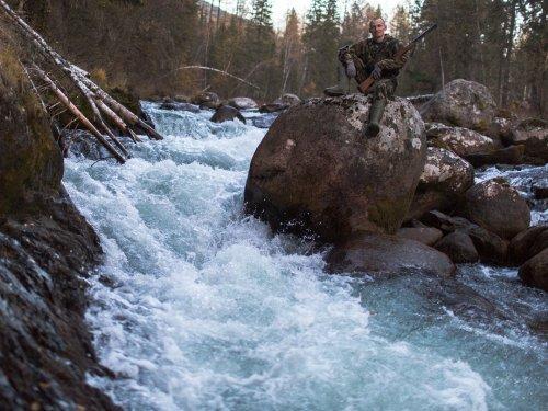 Суровая сибирская река и её монументальный камень.