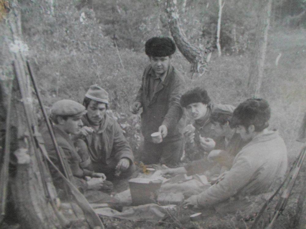 Старое фото. Я в компании друзей на открытие охоты. 1977 год.