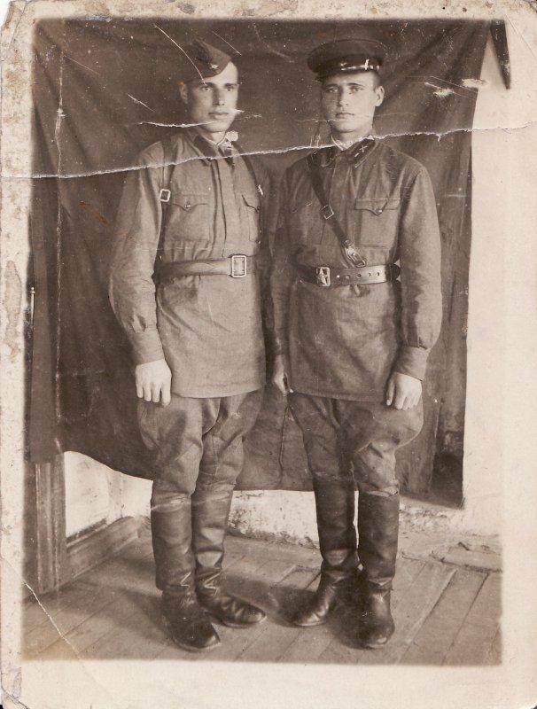 Не охотничья конечно)1943 год)дед справа)