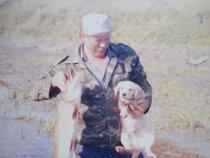 Дядька с мелким охотником.....щуку поймали.....