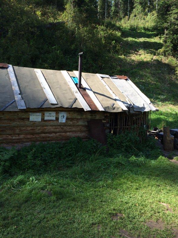 Охотничья изба старого Алтайского охотника Николая. Вид снаружи!
