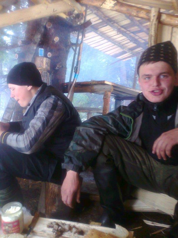 друзья охотники в колибе Балагане