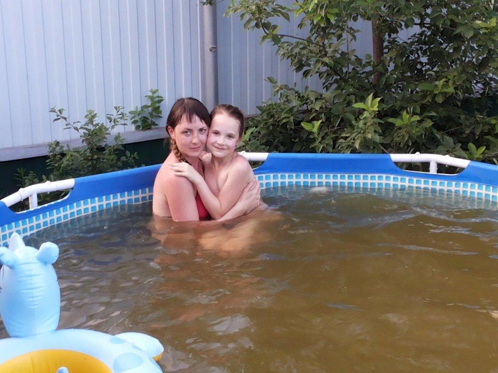 Любимая супруга со старшенькой дочей купаются!!!