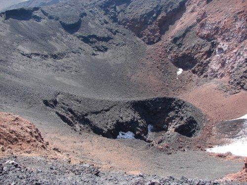 Кратер конуса извержения 2012-2013 годов