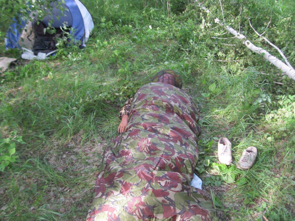 так и спал на земле