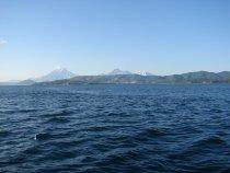 Вид на Петропавловск-Камчатский, Корякский и Авачинский вулканы из ворот Авачинской бухты