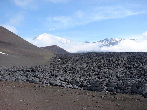 Лавовые поля - на заднем плане вулканы Острый и Плоский Толбачик Ключевская группа