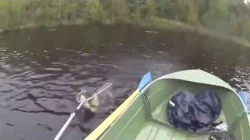 Как не надо ловить рыбу с лодки