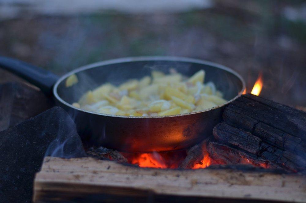 Ужин в лесу. Картошечка на сале.