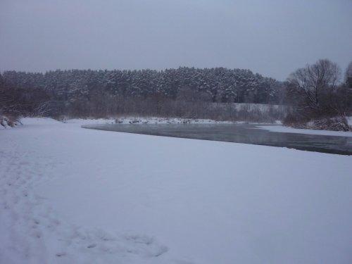 У реки.....