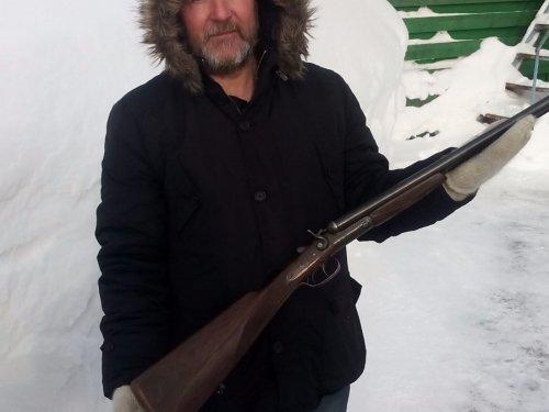 Бородатый дядька держит бельгийца в руках)))