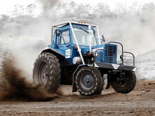 Браконьеров-трактористов задержали благодаря каскадерским трюкам охотинспектора