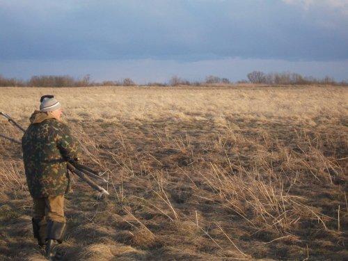 А мужикам охота на охоту, а мужикам охота по болоту. Да в дальнюю стороночку нести свою двустволочку