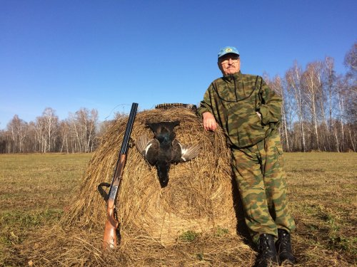 Батя на 9-ом десятке лет   наконец стал охотником))) Его первая добыча...