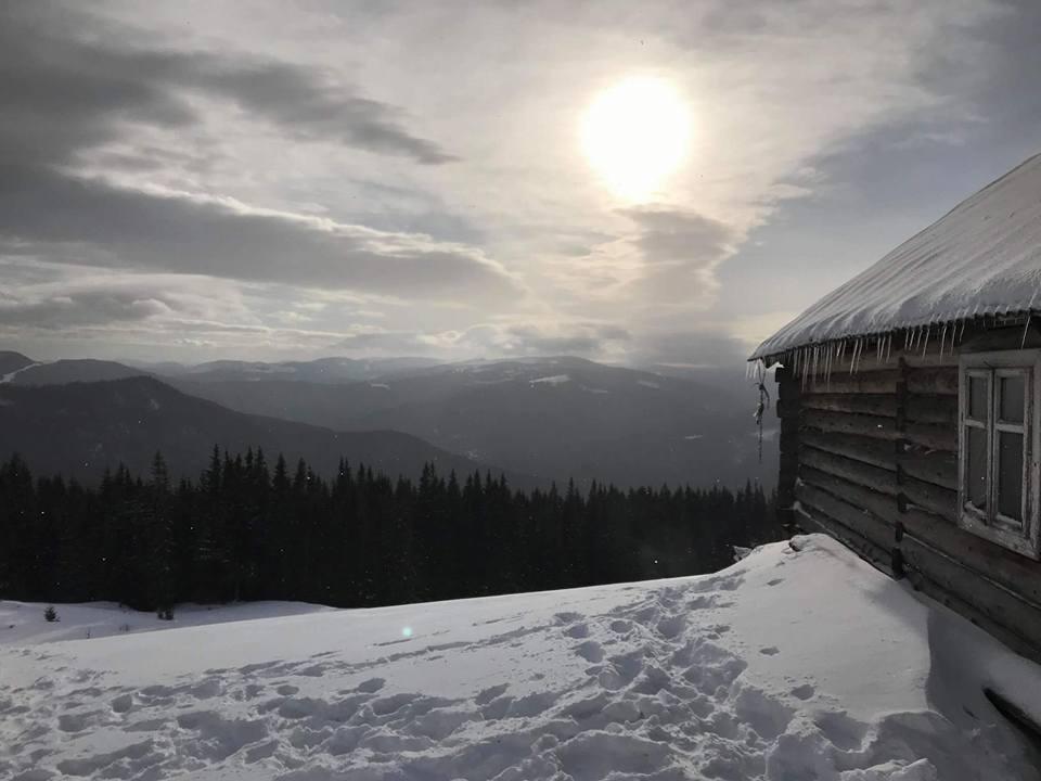 высоко в горах стоит изба