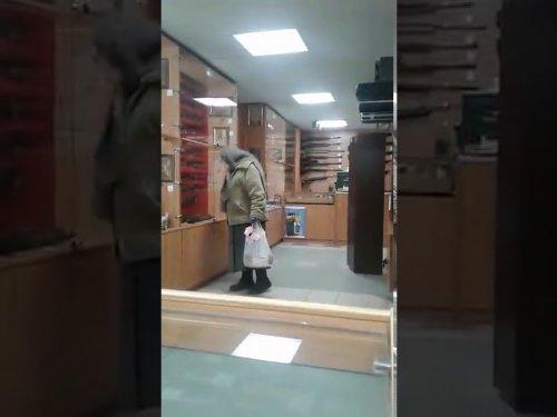 Бабка в оружейном магазине полный угар ржака