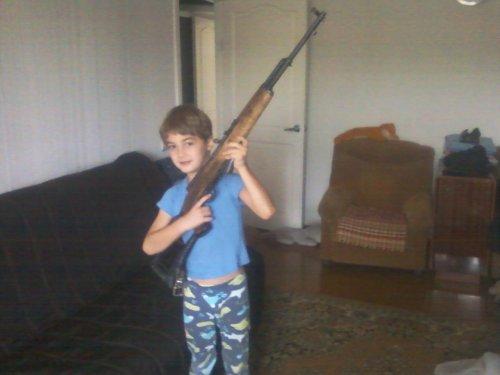 Обученье безопасному обращению с оружием под контролем деда.