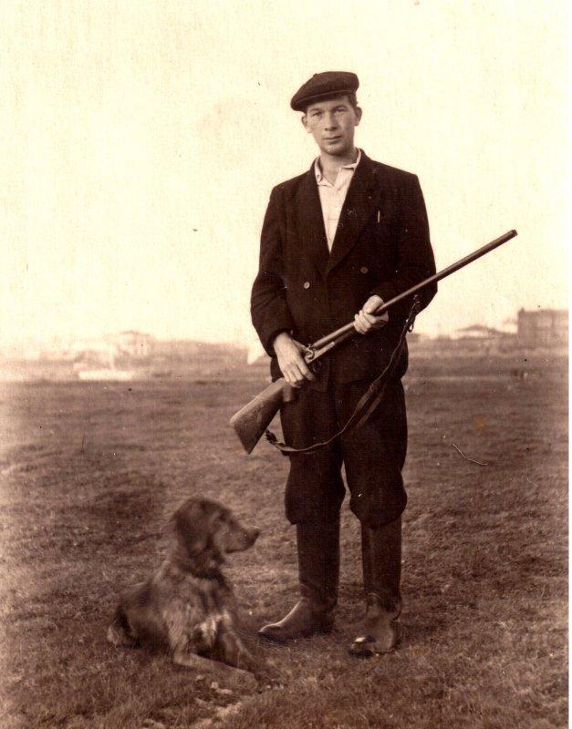 Митхат Алыков (мой отец) с Гектором, г. Томск 1955 год