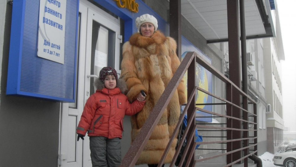 Жена(бабушка с внуком).