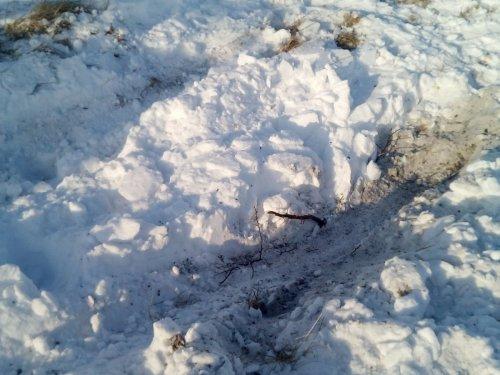 После дождя снег упал, УАЗ едет но не везде, на яме вывесил переднее и заднее колесо, пришлось побуксовать, ребята на мотособаке, подъехали толкнули!