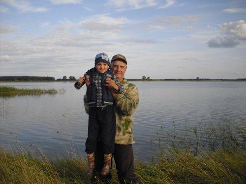 На озере с внуком.