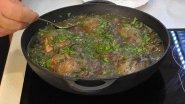 Курица с грибами в чугунной сковороде.