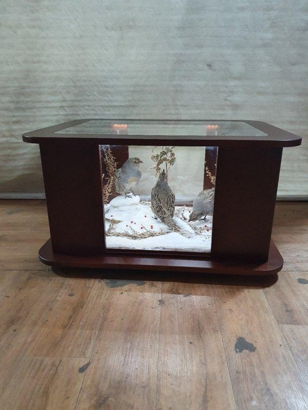 Журнальный столик с чудесной композицией куропаток внутри.