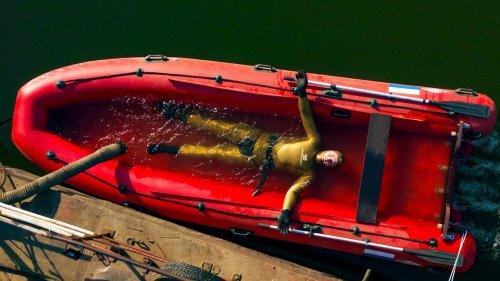 Эту лодку хрен утопишь????. Все дело в транце.