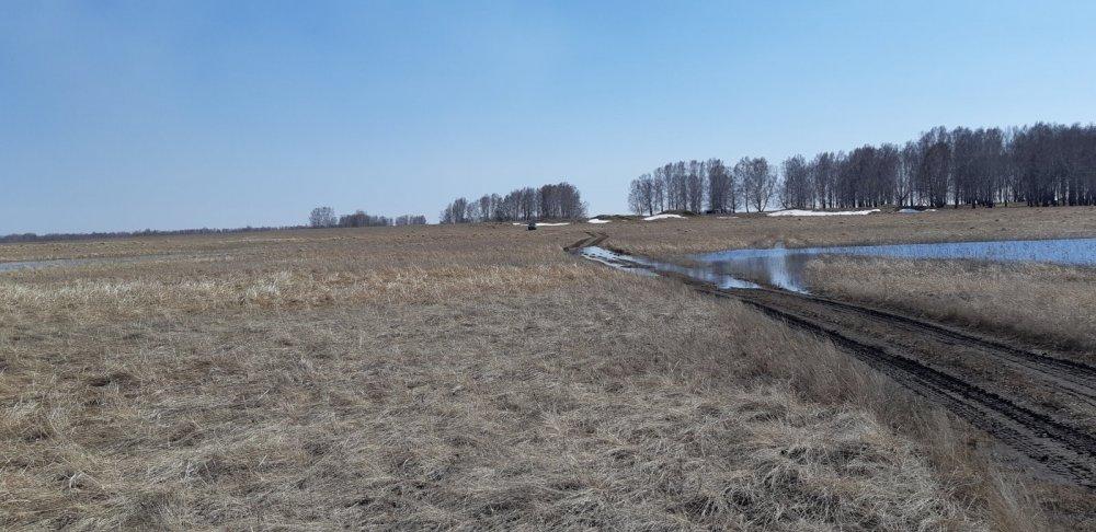 Весна наполнила дороги водой.